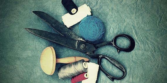 szycie, nożyczki i nici na szaroniebieskem tle