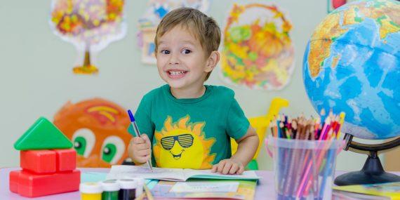 chłopiec podczas malowania rysowania